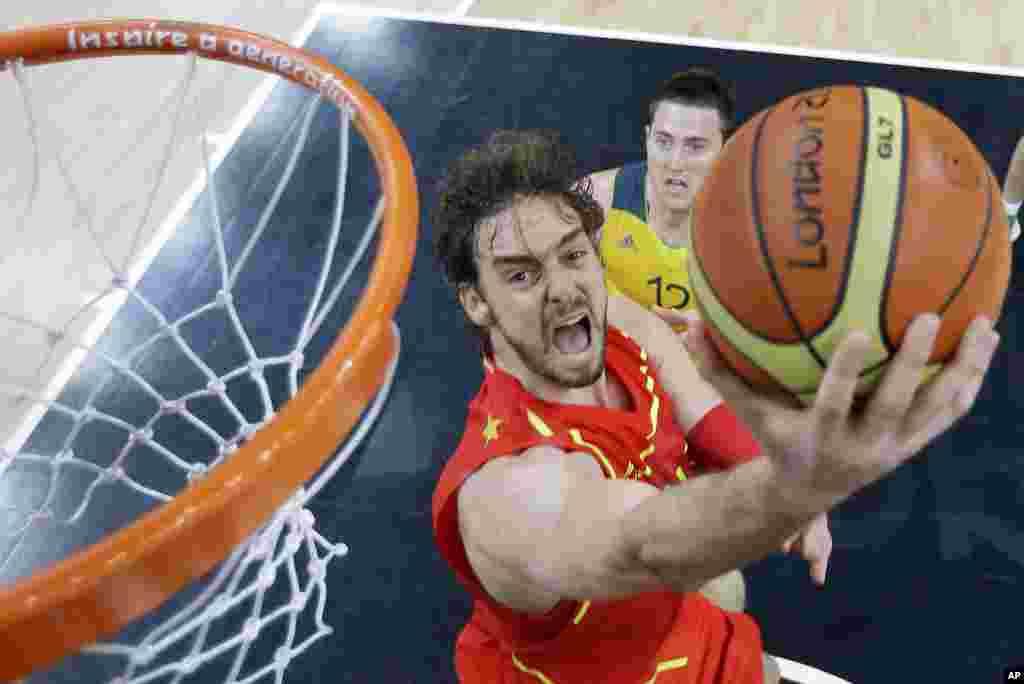 Pau Gasol hace una dejadita superando al australiano Aron Baynes en el juego de baloncesto que España ganó a Australia.