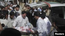 Pakistan'da Taleban'un vurduğu kız öğrenci hastaneye kaldırılırken