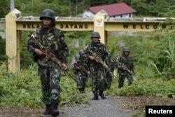 Tentara Indonesia berpatroli di perbatasan antara Papua Nugini dan Indonesia untuk memeriksa penanda batas di Waris, Keerom, provinsi Papua, 17 Maret 2016. (Foto: Antara/dok).