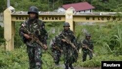 Tentara Indonesia berpatroli di Waris, Keerom, provinsi Papua, perbatasan Papua Nugini dan Indonesia, 17 Maret 2016. (Foto: dok).
