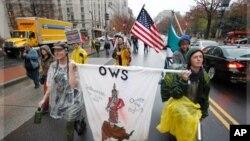 来自纽约的示威者11月22日在华盛顿市中心高呼口号
