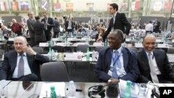 非洲足联主席伊萨.哈亚图 (中)