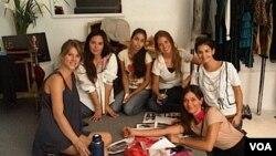 Zaira Naira junto a sus amigas, entre ellas la diseñadora Natalia Antolín, que diseñará los vestidos de sus damas de honor.