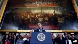 رئیس جمهوری آمریکا در حال سخنرانی در مورد بیمه درمانی در بوستون، ۳۰ اکتبر ۲۰۱۳