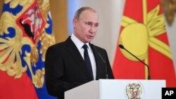 블라디미르 푸틴 러시아 대통령이 28일 모스크바 크렘린궁에서 열린 행사에서 연설하고 있다.