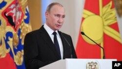 Presiden Rusia Vladimir Putin menyerukan warga Rusia untuk saling memperhatikan dan mendamaikan satu sama lain pada tahun baru ini.