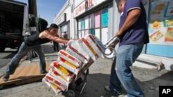 Beberapa pekerja mengirim beras Thailand ke sebuah supermarket di Los Angeles, 16 Maret 2011. (Foto: AP/arsip)