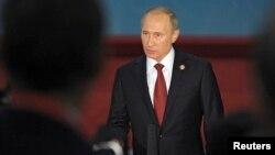 중국을 방문 중인 블라디미르 푸틴 러시아 대통령이 21일 상하이에서 열린 아시아 교류와 신뢰구축 회의에 참석한 후 기자들의 질문에 답하고 있다.