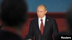 Tổng thống Nga Putin nói chuyện với các nhà báo sau các cuộc họp ở Thượng Hải, 21/5/2014.