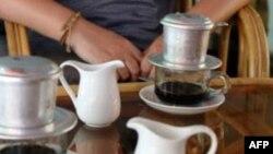Seorang perempuan Indonesia dituduh membunuh temannya dengan memasukkan sianida pada minuman kopi.