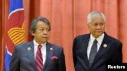 Ngoại trưởng Philippines Ngoại giao Albert del Rosario (phải) và Ngoại trưởng Malaysia Anifah Aman tại Hội nghị các Bộ trưởng Ngoại giao ASEAN lần thứ 46 tại Bandar Seri Begawan, Brunei.