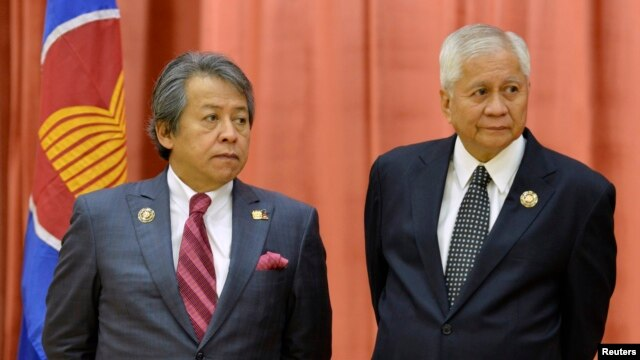 Philippines' Secretary of Foreign Affairs Albert del Rosario (R) and his Malaysian counterpart Anifah Aman at the 46th ASEAN Foreign Ministers Meeting in Bandar Seri Begawan, Brunei, June 30, 2013.