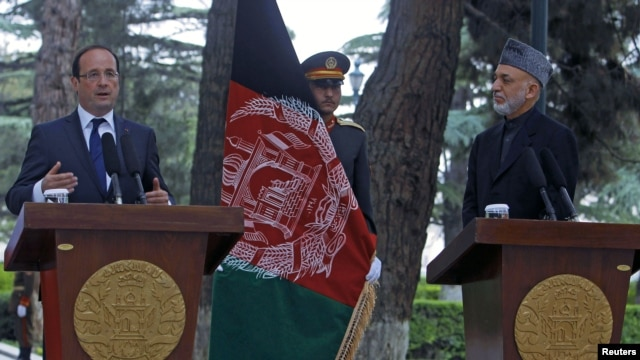 Afghan president Hamid Karzai (R) and French President Francois Hollande attend a news conference in Kabul, May 25, 2012.