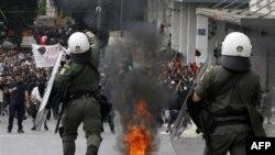 Tokom današnjih nemira u Atini demonstranti su bacali kamenje i zapaljene flaše sa benzinom