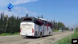 2017年4月15日,阿勒颇城外由反叛武装控制的拉希丁地区被爆炸事件炸毁的巴士。