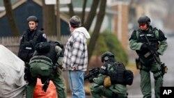 Cảnh sát tìm kiếm nghi phạm Bradley William Stone ở Pennsburg, Pennsylvania, ngày 16/12/2014.