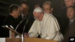 Le pape François signe le livre d'or du parc la paix à Hiroshima, dans l'ouest du Japon, le dimanche 24 novembre 2019. (Photo AP / Gregorio Borgia)