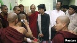 Lãnh tụ dân chủ Miến Điện Aung San Suu Kyi thăm các nhà sư bị thương trong cuộc đàn áp của cảnh sát vào người biểu tình chống lại một dự án mỏ đồng ở thị trấn Monywa.