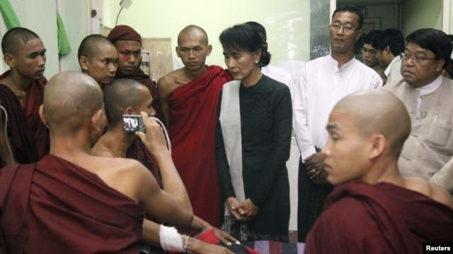 Bà Suu Kyi tới thăm một nhà sư bị thương trong cuộc tấn công của cảnh sát và hiện các nhà sư bị thương đang được điều trị tại một bệnh viện ở Monywa, 29/11/2012. (REUTERS/Stringer)