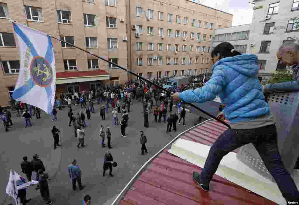 Pro-Russian supporters gather outside the regional government headquarters in Luhansk, eastern Ukraine, April 29, 2014. Hundreds of pro-Russian separatists stormed the headquarters on Tuesday, taking over the building.