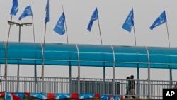 Sebuah jembatan penyeberangan di salah satu sudut wilayah Kapar, dekat ibukota Kuala Lumpur berhias bendera Barisan Nasional yang berkuasa di Malaysia (10/4). Pemerintah Malaysia telah mengumumkan akan menggelar Pemilutanggal 5 Mei mendatang.