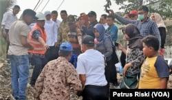 Gubernur Jawa Timur Khofifah Indar Parawansa berdialog dengan warga dan pejabat setempat di atas tumpukan sampah plastik di Desa Bangun, Kecamatan Pungging, Kabupaten Mojokerto, 19 Juni 2019. (Foto: Petrus Riski/VOA)
