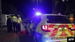 Petugas polisi terlihat di Reading, barat London, pada 20 Juni 2020 menyusul insiden penikaman di taman Forbury Gardens. (Foto: AFP)