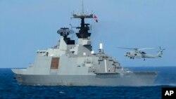 台灣星期四在有爭議的海域附近展開軍事演習﹐一架直升機從拉法葉艦船尾起飛