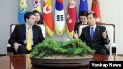4일 서울 국방부를 방문한 마크 리퍼트 신임 주한 미국대사(왼쪽)와 한민구 국방장관이 대화를 나누고 있다.