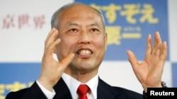 9일 일본 도쿄 도지사 선거에서 당선이 확정된 마스조에 요이치 전 후생노동상이 지지자들에게 당선 소감을 밝히고 있다.