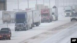Una tormenta dejó unos 30 centímetros de nieve en Colorado, bloqueando la carretera interestatal I-70.