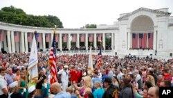 هزاران آمریکایی در «روز یادبود» در مکان های یادبود قربانیان جنگ حضور میابند.