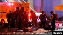 救护人员与警察在拉斯维加斯露天音乐会枪击现场。(2017年10月1日)