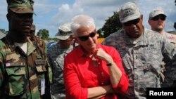Balozi Deborah Malac (katikati) wakati wa usafiri wake nchini Liberia. Kamati ya masuala ya kigeni ya baraza la Seneti la Bunge la Marekani, Jumanne lilisikiliza ushahidi wa Balozi huyo aliyeteuliwa kuwakilisha Marekani Nchini Uganda.