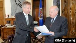 El observador permanente de Alemania ante la OEA, Peter Ammon (izq.), entregó unos $650.000 dólares a José Miguel Insulza, presidente de la OEA para que se inviertan en el proceso de paz de Colombia.