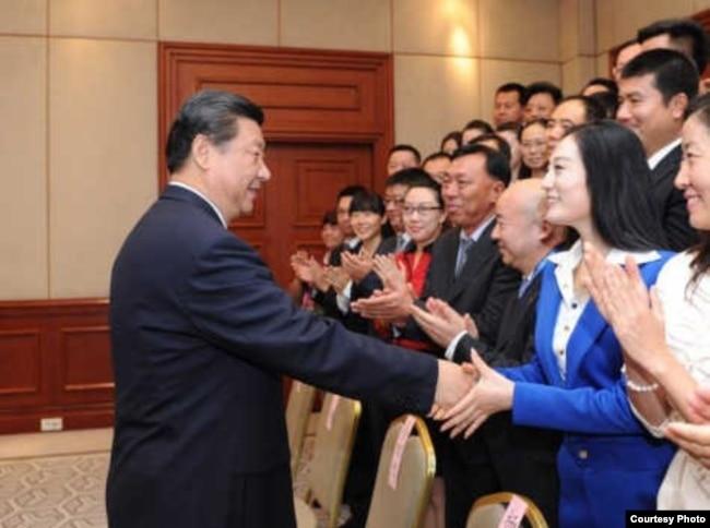 张慧君和习近平握手的照片