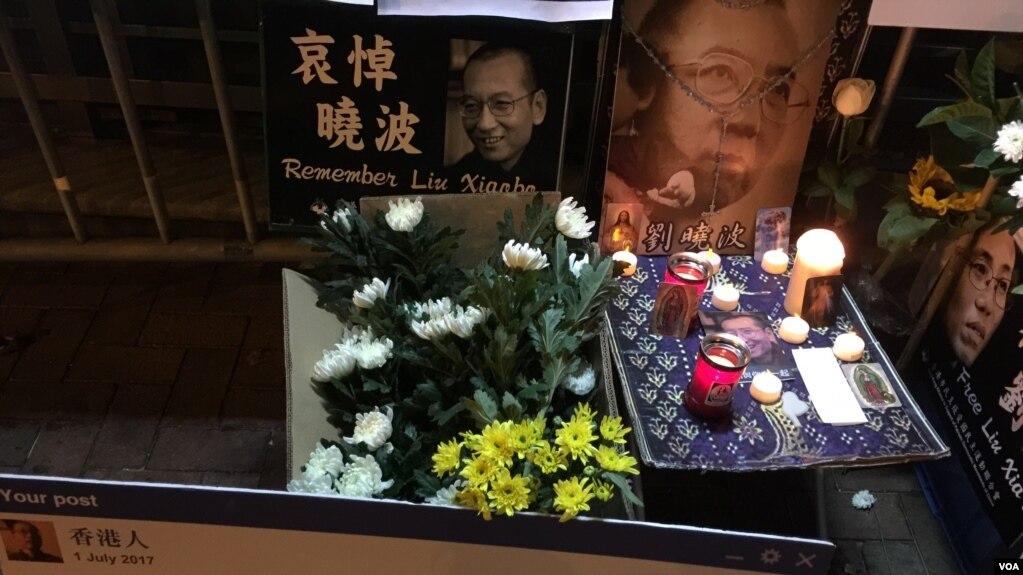 香港市民周五继续在中联办前吊唁刘晓波 (美国之音图片/海彦拍摄)