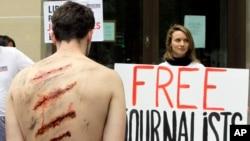 记者无国界组织在巴黎的伊朗航空公司外抗议 伊朗迫害记者