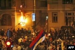 """Policija je u vise gradova Srbije uhapsila 14 osumnjicenih za paljenje Ambasade SAD u februaru 2008. godine, posle mitinga """"Kosovo je Srbija"""".(arhivski snimak)."""