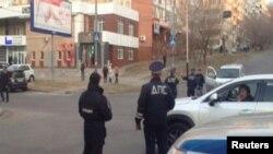 Para petugas memblokir jalanan di sekitar kantor Badan Intelijen Utama dalam negeri Rusia (FSB) di Khabarovsk, Rusia, pasca serangan orang tak dikenal, 21 April 2017. (REUTERS/Reuters)