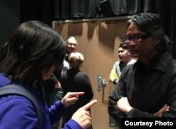 Đạo diễn Nguyễn-Võ Nghiêm Minh, bên phải, và nhà quay phim Bảo Nguyễn, đứng sau, gặp gỡ khán giả sau buổi chiếu ở Đại học Berkeley hôm 15/3/15 (ảnh Bùi Văn Phú)