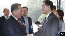Ri Son Gwon, ketua Komite Reunifikasi Damai Korea Utara (kiri) berjabat tangan dengan Menteri Unifikasi Korea Selatan Cho Myoung-gyon sebelum pertemuan di Panmunjom, Senin (15/10).