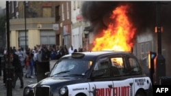 Xe cộ bị người nổi loạn đốt cháy ở Hackney, phía đông London, ngày 8/8/2011