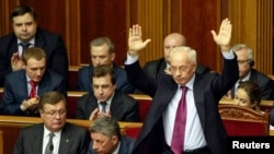 Thủ tướng Mykola Azarov nói rằng chính phủ đang chứng tỏ thái độ khoan dung và cảnh cáo rằng những kẻ vi phạm pháp luật sẽ bị trừng trị.