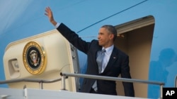 U.S. President Barack Obama waves as he boards Air Force One during his departure at Royal Australian Air Force Base Amberley, Nov. 16, 2014 in Australia.