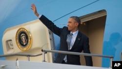 2014年11月16日美国总统奥巴马在澳大利亚皇家空军安伯利基地登上空军一号之际想欢送者挥手致意