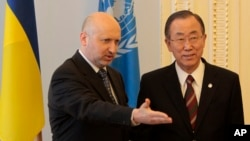 Acting Ukrainian President Oleksandr Turchynov, left, welcomes U.N. Secretary-General Ban Ki-moon during a meeting in Kyiv, Ukraine, March 21, 2014.