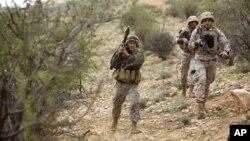 Beberapa anggota pasukan komando melakukan patroli di daerah perbatasan dengan Suriah yang tegang pada hari Senin (17/3).