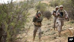 17일 레바논 북동부 국경 지역에서 레바논 특공대원들이 시리아 반군을 수색 중이다.