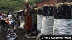 Marché de charbons de bois à Saké, à 30 km à l'ouest de Goma, le 12 décembre 2016. (VOA/Charly Kasereka)